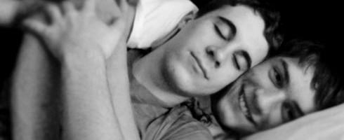 Ο Gay Λέων στο Κρεβάτι